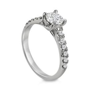Бриллиантовое помолвочное кольцо с центральным камнем