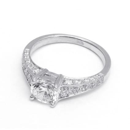 Оправа из золота: кольцо с крупным бриллиантом