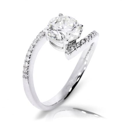 Тонкое кольцо  для помолвки из белого золота с бриллиантом