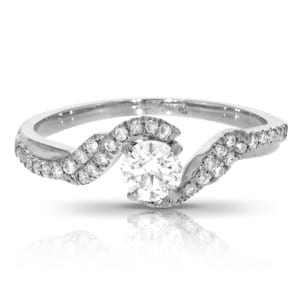 Золотое помолвочное кольцо с центральным бриллиантом