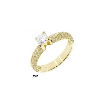 Бриллиантовое кольцо из желтого золота с центральным камнем