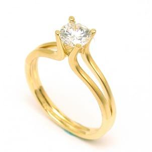 Изящная оправа - золотое кольцо с 1 бриллиантом