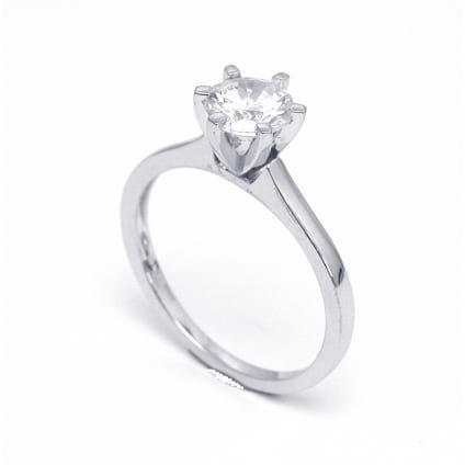 Золотая оправа: кольцо классическое с бриллиантом