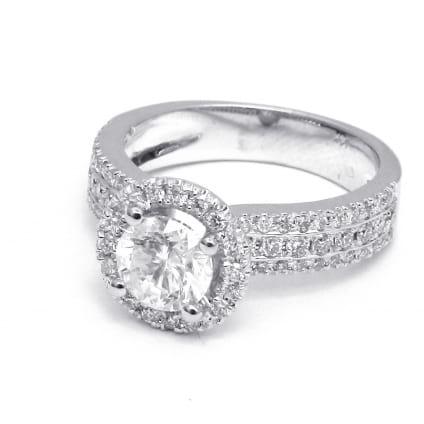 Оправа из золота кольцо с мелкими вставками и центральным бриллиантом