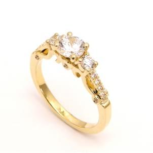 Оправа из красного золота кольцо с тремя бриллиантами