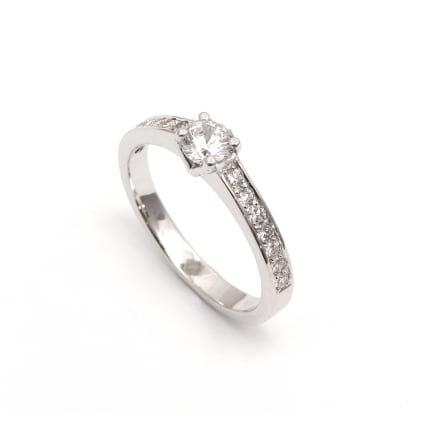 Оправа недорогого бриллиантового кольца из золота
